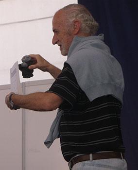 Guillermo Orsi con su Rufo por el premio Hammett