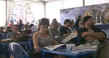 Público y escritores esperando que comience el acto de clausura