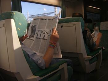 Los autores viajan en el tren negro leyendo el A Quemarropa