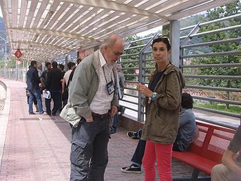 Steve Redwood y Carmen Posadas esperando por el tren negro en Mieres
