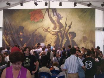 Público recogiendo el catálogo de la exposición Valentina de Guido Crepax