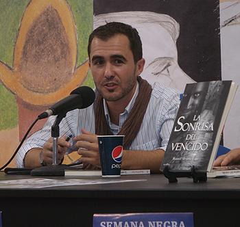 Manuél Álvarez-Xagó presentando su libro La sonrisa del vencido