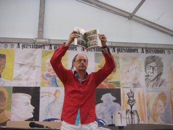 Fernando Marías mostrando el cómic incluido en El silencio se mueve