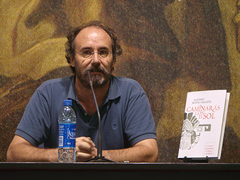 Alfonso Mateo-Sagasta presentando Caminarás bajo el sol