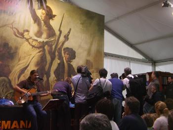 Yampi actúa mientras una nube de fotógrafos retrata la llegada los fundadores de la Semana Negra