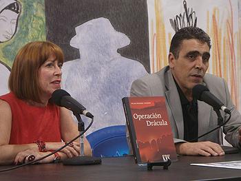 Pilar Sánchez Vicente y Alejandro M. Gallo presentando Operación Drácula