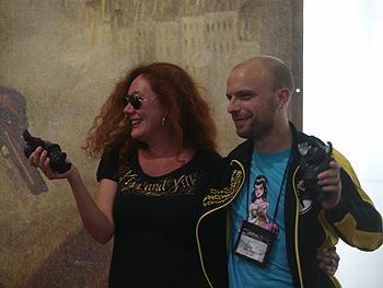 Cristina Fallarás y Diego Ameixeiras con el Rufo del Premio del Director de la Semana Negra