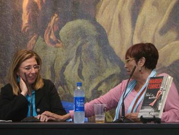Cristina Macía y Maruja Torres presentando Fácil de matar