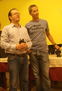 Los premiados Juan Esteban Constaín y Ismael Martínez Biurrún con su Rufo
