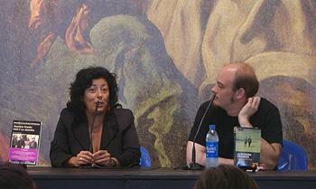 Almudena Grandes charlando con Miguel Barrero