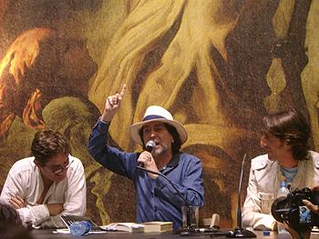 Luis García Monero, Joaquín Sabina y Benjamín Prado en la velada poética