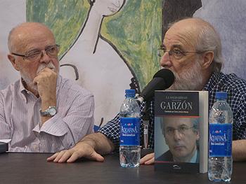 José Antonio Martín Pallín y Francisco Prado Alberdi durante la presentación del libro Solidaridad con el juez Garzón