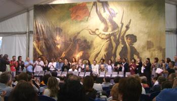 Los autores del libro Pepsi La Frontera recibiendo el aplauso del público