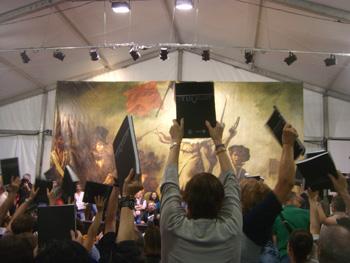 El público levanta el libro Pepsi La Frontera para la foto final