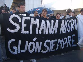 Jóvenes apoyando la continuidad de la Semana Negra en Gijón