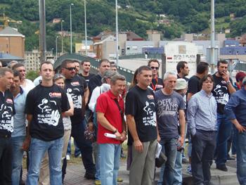 Mineros esperando el tren negro en Mieres