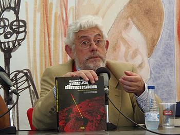 Luis Vigil con el recopilatorio de Nueva Dimensión (Foto: Toni Gutiérrez)