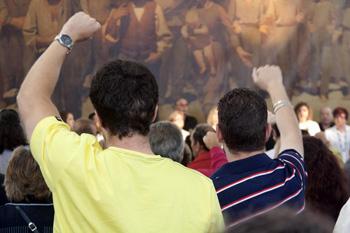 Público asistente cantando el himno minero (Foto: José Ramón Fuentes)