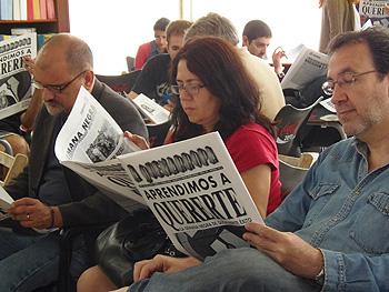 Autores leyendo el último A Quemarropa de este año