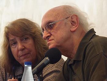 La traductora Lourdes Pérez y el autor Petros Markaris durante la charla del escritor en la Carpa del Encuentro