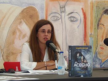 Noemí Sabugal presentando su novela Al acecho. Foto: Toni Gutiérrez