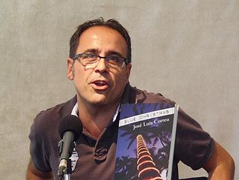 José Luis Correa presentando su novela