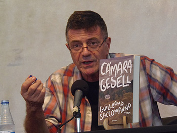 Guillermo Saccomanno presentando su novela