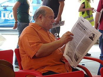 Skármeta leyendo el A Quemarropa en la carpa del Encuentro