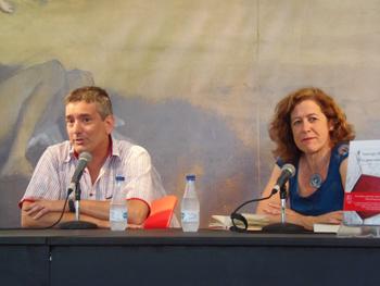 Santiago Roncagliolo y Berna González Harbour presentando sus novelas. Foto: Toni Gutiérrez