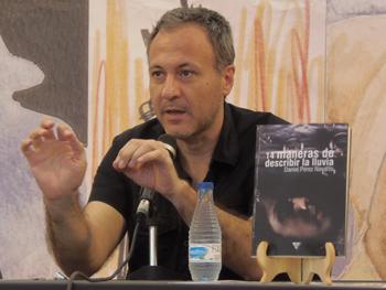 Daniel Pérez Navarro presentando su novela en la Semana Negra