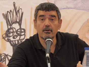 León Arsenal presentando su novela en la Semana Negra
