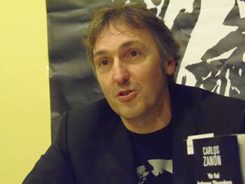 Carlos Zanón presentando su novela en la Semana Negra