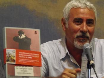 Pino Cacucci presentando su novela en la Semana Negra
