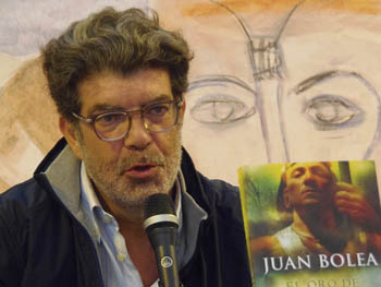 Juan Bolea presentando su novela en la Semana Negra