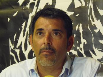 Víctor del Árbol presentando su novela en la Semana Negra