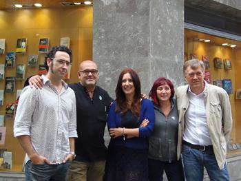 Los ganadores de los premios de la Semana Negra presentes: Jon Bilbao, Alexis Ravelo, Dolores Redondo, Elia Barceló y Francesc Escribano