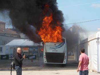 El autobús ardiendo