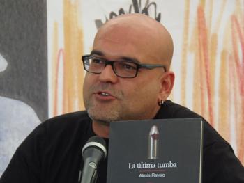Alexis Ravelo presentando su novela