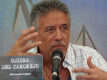 Fernando López presentando su novela en la Semana Negra
