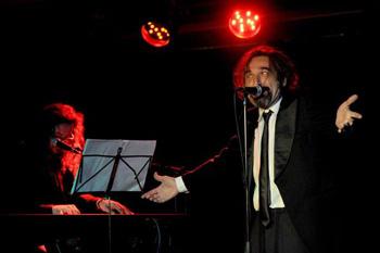David Sam y Daniel Higiénico durante una actuación de su espectáculo El club de los 6.000 millones