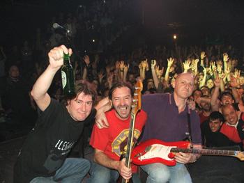 Jaime Belaustegui (batería), Alejandro Blanco (bajo) y Jorge Martínez (guitarra y voz) en la foto final tras acabar el concierto
