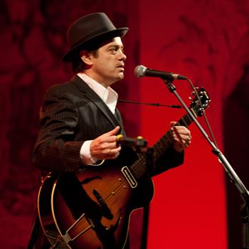 Juan Perro presentando Río Negro (foto de archivo por cortesía del Teatro Español)