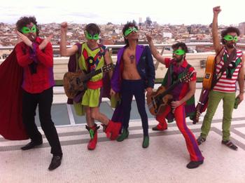 La Pandilla Voladora (Lichis, Albert Pla, Tomasito, Muchachito Bombo Infierno y El Canijo de Jerez) en la azotea del Círculo de Bellas Artes antes de comenzar el concierto