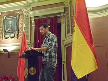 Un joven lee un artículo durante la Lectura Continuada de la Constitución de la II República en el Ateneo de Madrid