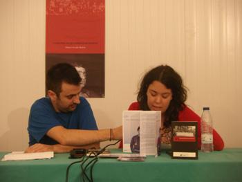 Xana Reyes lee uno de los relatos mientras Benjamín Gutiérrez le sujeta el micrófono (Foto: Toni Gutiérrez)