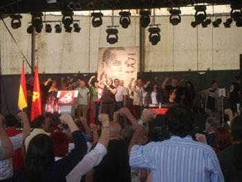 Cierre del homenaje a Miguel Hernández cantando La Internacional (Foto: Toni Gutiérrez)