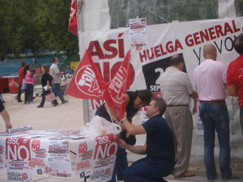 Sindicalistas preparando el acto Razones Para la Huelga (Foto: Toni Gutiérrez)