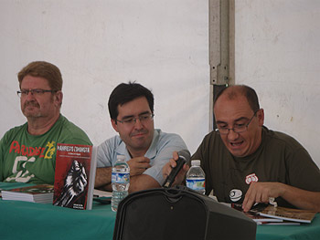 Ginés Fernández, Raúl Calvo y Juan Kalvellido presentando el libro ilustrado Manifiesto Comunista. Foto Toni Gutiérrez