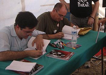 Raúl Calvo y Juan Kalvellido con sus enseres dedicando el Manifiesto Comunista. Foto Toni Gutiérrez
