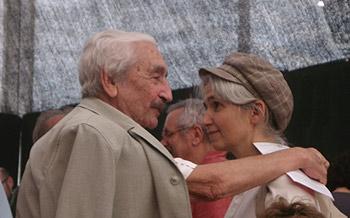 Armando López Salinas y Belén Gopegui se saludan momentos antes de la presentación de la novela Acceso no autorizado. Foto Toni Gutiérrez